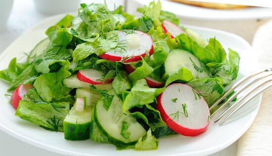 Огуречный салат с зеленью и редисом (фото)