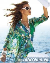 Блузка с яркими принтами и ожерельем фото.