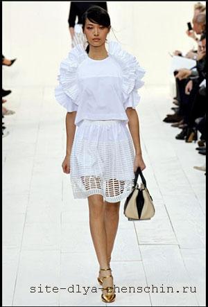 35983e2451f Белая блузка с рюшами из летней коллекции Chloe 2013. Фото.
