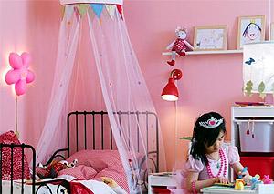 Детская комната для девочки может быть оформлена в сиреневых тонах