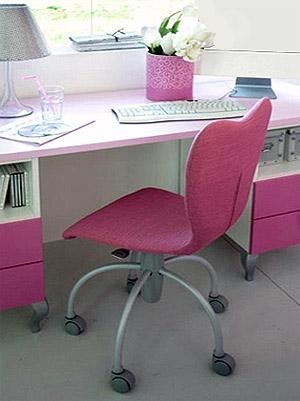 письменный стол в комнате для девочки