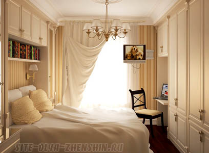 Маленькая спальня в светлых тонах.