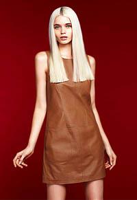 Модное кожаное платье из коричневой