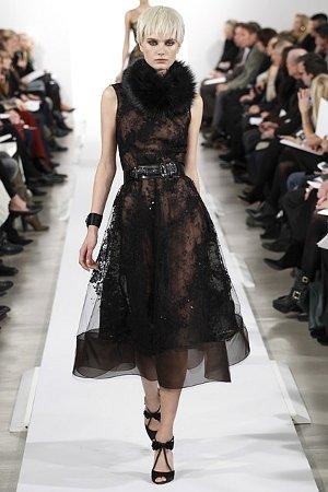 Платье из воздушных тканей с отделкой мехом (фото)