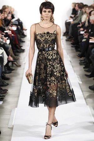 Воздушное платье из прозрачной ткани с золотой вышивкой