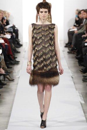 Платье-футляр с отделкой мехом (фото)