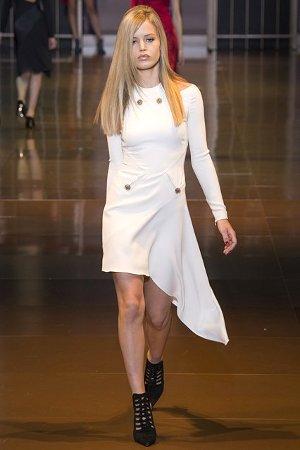 Ассиметричный низ в платье от Версаче