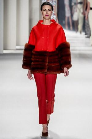Короткие красные брюки (фото)