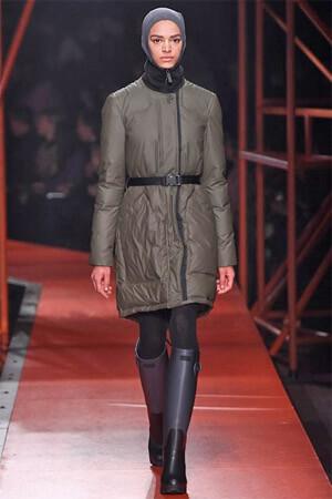 Модная куртка цвета хаки (фото) Куртка пестрой расцветки. Куртка с  цветочным принтом из коллекции Carven осень-зима 2015 16 ... 56f9237e44996