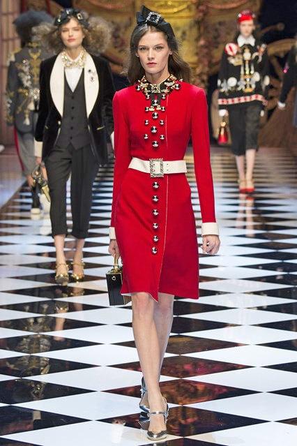 Деловое платье с отделкой пуговицами и ремнем от Dolce and Gabbana