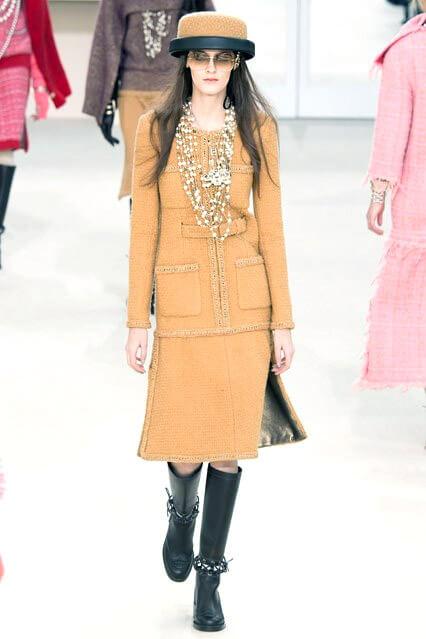 Деловое платье светло-коричневого оттенка