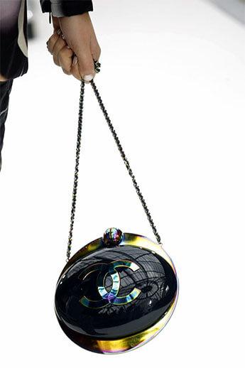 Круглая модель с логотипом Chanel