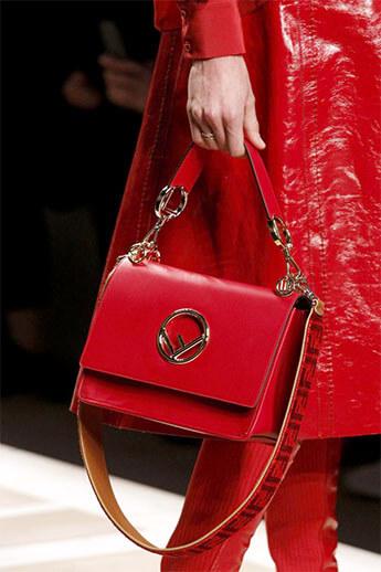 Красная сумка от Fendi