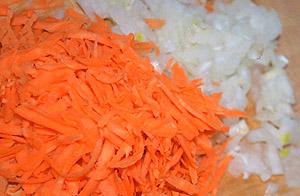Морковь и лук перед добавлением в суп (фото)