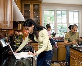 Семья на кухне.