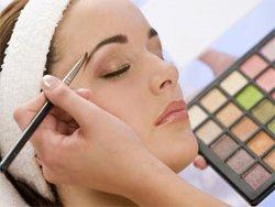 Правильное выполнение макияжа помогает выглядеть моложе (фото)