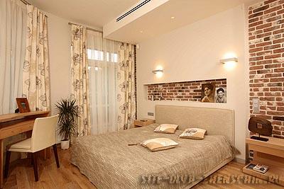 Спальня в теплых тонах. Фото.