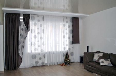 Шторы в гостиной из ткани перекликающейся с декоративными подушками