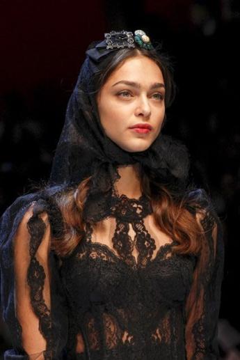 Черная ажурная косынка от Dolce and Gabbana
