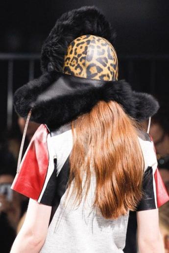 Кожаная шапка с меховым козырьком и ушами из коллекции Louis Vuitton