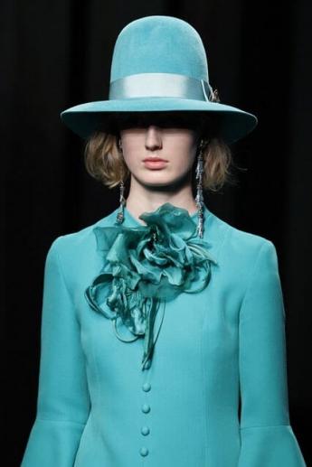 Бирюзовая шляпа с высокой тульей от Gucci (фото)