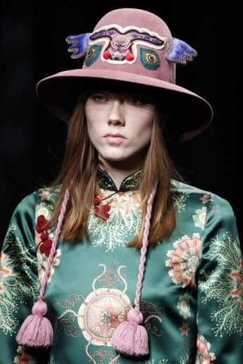 Модная шляпка с этническим рисунком от Gucci