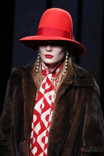 модная красная шляпа 2016-2017 от Gucci (фото)