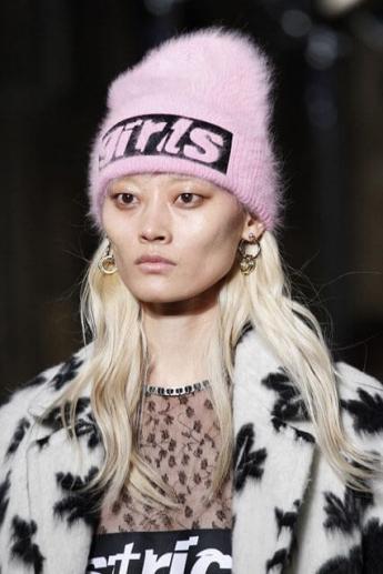 розовая вязаная шапочка из коллекции осень-зима 2016/17 от Alexander Wang (фото)
