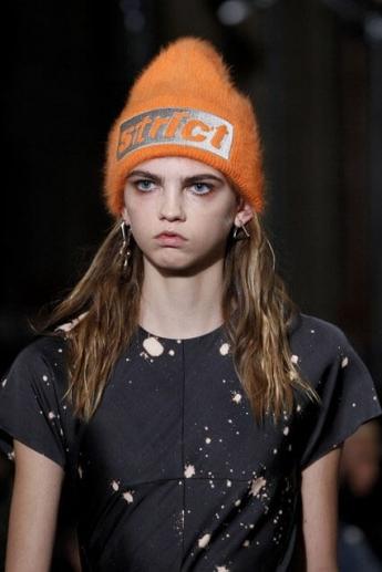Оранжевая вязаная шапочка 2016/2017 из коллекции Alexander Wang (фото)