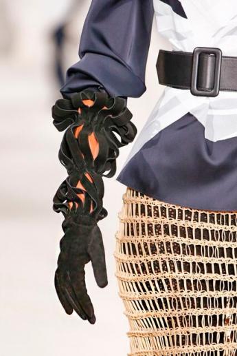 Замшевые перчатки от Loewe с перфорированными раструбами (фото)