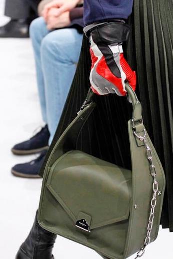 Модные кожаные перчатки с цветными вставками от Balenciaga (Фото)
