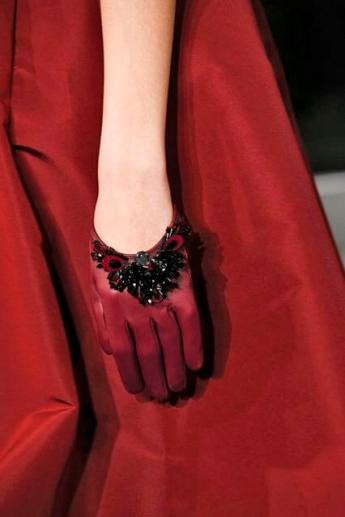 Короткие красные кожаные перчатки из коллекции Oscar de la Renta (фото)