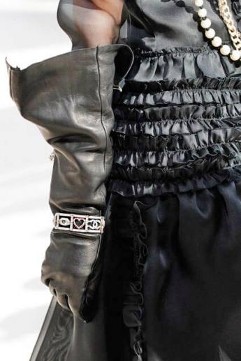 Кожаные расклешенные перчатки-краги от Chanel (Фото)