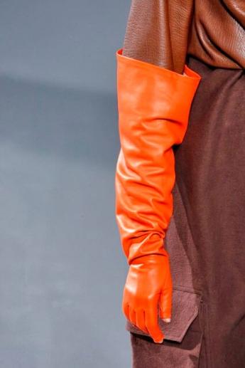 Длинные оранжевые перчатки от Rick Owens