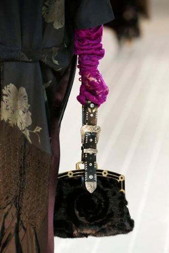 Малиновые кружевные перчатки из коллекции Marc Jacobs (фото)
