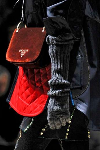Серые перчатки крупной вязки от Prada (фото)