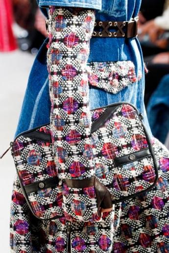 Трикотажные перчатки в тон одежде от Chanel (фото)
