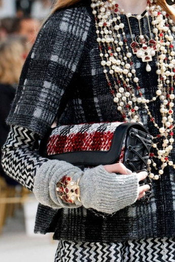 Серые вязаные перчатки без пальцев из коллекции Chanel
