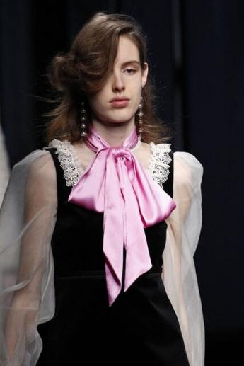 Розовый шелковый шарф-галстук из коллекции Gucci (фото)