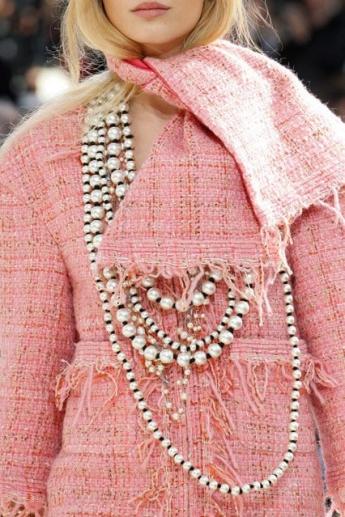 Шарф в тон верхней одежде из коллекции Chanel (фото)