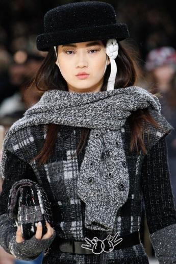 Модный шарф в виде рукавов из коллекции Шанель (фото)