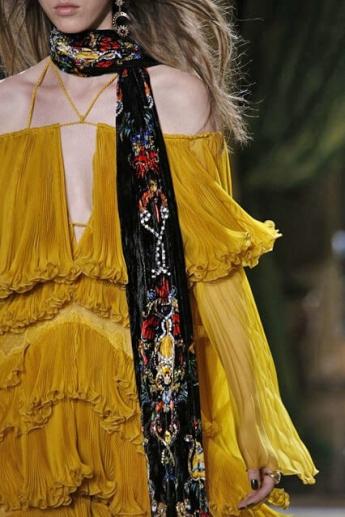 Черный шарф с ярким рисунком (фото)