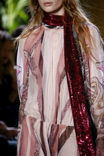 Модный блестящий шарф