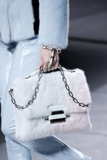 Модная женская сумка с меховой отделкой (фото)