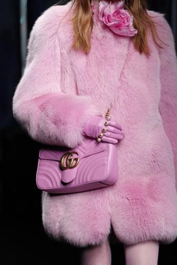 Розовая сумочка на плечо от Gucci