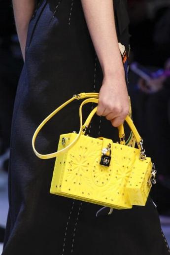 Несколько сумочек одновременно - новый тренд моды (фото)