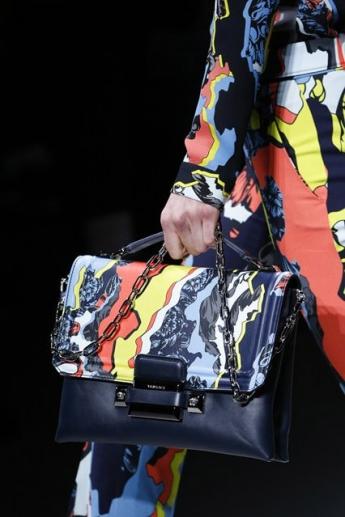 Абстрактный принт на сумочке от Versace (фото)