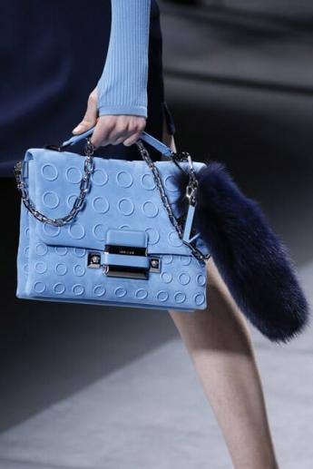 Модная голубая сумка из коллекции Versace 2016/17 (фото)