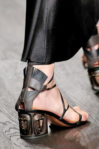 Необычное декорирование каблука босоножек от Valentino