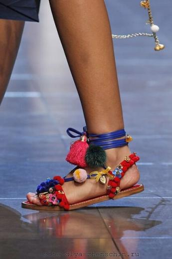 Необычные босоножки с помпонами от Dolce and Gabbana